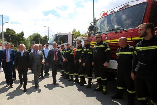 Ο Πρόεδρος της Δημοκρατίας Προκόπης Παυλόπουλος (2Α) συνοδευόμενος από τον δήμαρχο Πεντέλης Δημήτρη Στεργίου (3Α) συνομιλεί με πυροσβέστες κατά την διάρκεια της εκδήλωσης των Εθελοντικών Οργανώσεων και Πυροσβεστικών τμημάτων: «Αντιπυρική Περίοδος 2016», στην κεντρική πλατεία Αγίας Τριάδος στην Πεντέλης, Τετάρτη 18 Μαΐου 2016. ΑΠΕ-ΜΠΕ/ΑΠΕ-ΜΠΕ/ΑΛΕΞΑΝΔΡΟΣ ΒΛΑΧΟΣ